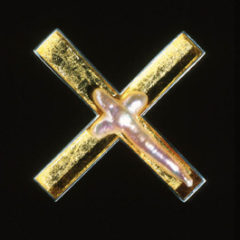 6.43 'X Marks the Spot' 2000. Brooch; white metal, golf leaf, cultured pearl